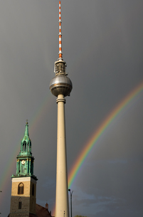 tv tower and st. mary's church with rainbowの写真素材 [FYI00809949]