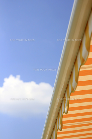 yellow sun awning against blue skyの写真素材 [FYI00810273]