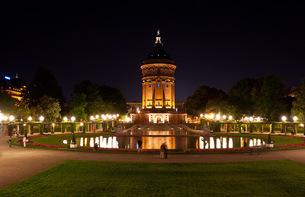 mannheim water tower at nightの素材 [FYI00810318]