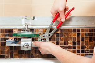 installer brings mixer to the bathroomの写真素材 [FYI00810337]
