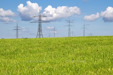 pylons on meadowの素材 [FYI00810364]