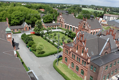 dortmund is one of the major city's of the ruhr metropolis. a great attractionthe of dortmund is the zollern colliery. at first sight palatial redbrick facades and artistically adorned gables on buildings dotted around a grassy square are more reminiscentの素材 [FYI00811099]