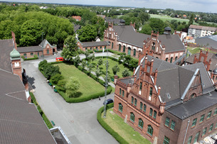 dortmund is one of the major city's of the ruhr metropolis. a great attractionthe of dortmund is the zollern colliery. at first sight palatial redbrick facades and artistically adorned gables on buildの写真素材 [FYI00811099]