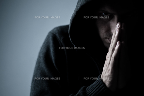 scary person with praying handsの写真素材 [FYI00811481]