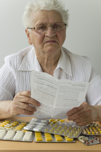 senior reads leafletの写真素材 [FYI00811761]