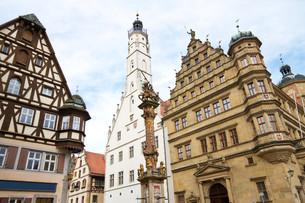 town hall with r?der tower in rothenburg ob der tauberの写真素材 [FYI00811789]