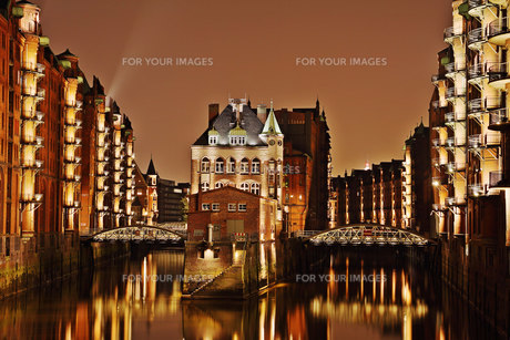 wasserschloss in hamburg's warehouse districtの写真素材 [FYI00811937]