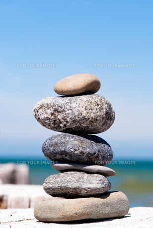 a tower of stones by the seaの写真素材 [FYI00812223]