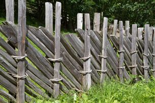 old wooden fence in south tyrolの素材 [FYI00813016]