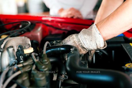 auto mechanic in auto repair shopの写真素材 [FYI00813105]