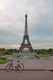 mt bike through parisの写真素材 [FYI00814054]