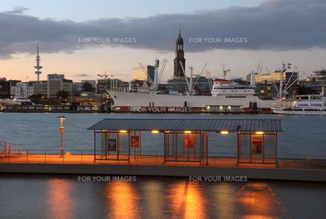 hamburg harbor at nightの写真素材 [FYI00815941]