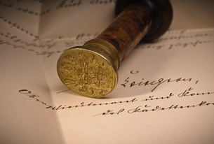 old seal on a handwritten documentの写真素材 [FYI00815954]
