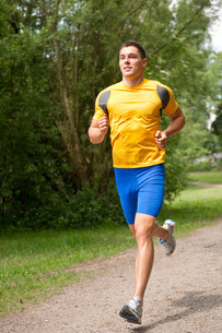 young man while runningの写真素材 [FYI00816090]
