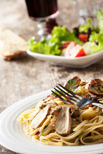 pasta with porcini mushrooms and forkの写真素材 [FYI00816249]