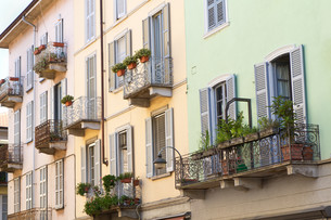 historical apartment house in a small italian townの写真素材 [FYI00816546]