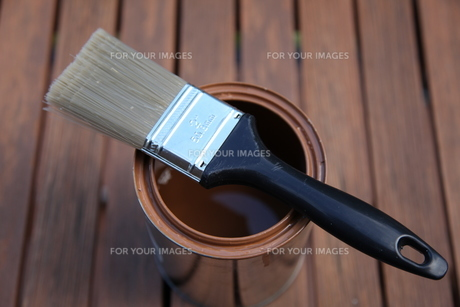 brush on box with brown color on a wooden floor,freshly paintedの写真素材 [FYI00816590]