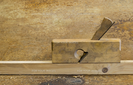 planer on wood in rusty backgroundの素材 [FYI00817060]