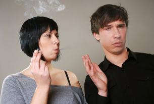 smoking vs. non smokingの写真素材 [FYI00817126]