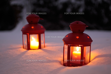 two burning lanterns in the snowの写真素材 [FYI00817426]