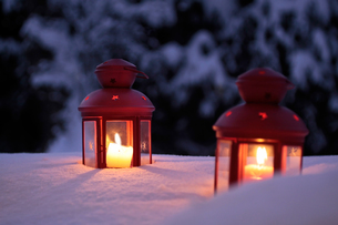 two burning lanterns in the snowの写真素材 [FYI00817430]