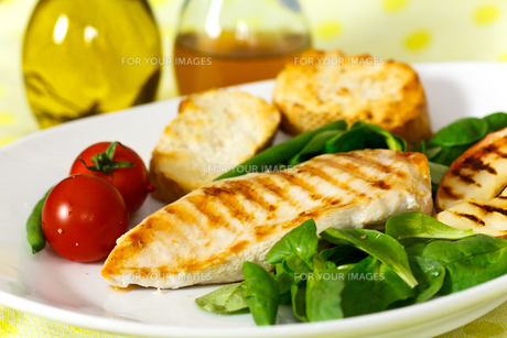 bbq,chicken breast with cucumber,green beansの写真素材 [FYI00818195]
