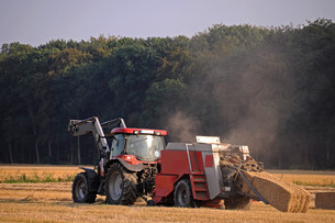 hay harvestの写真素材 [FYI00818990]
