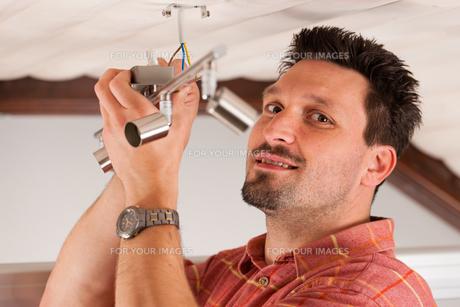 artisans mounted a lampの写真素材 [FYI00819214]