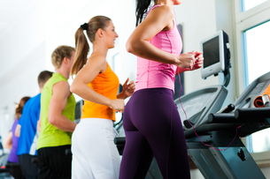 people running on treadmill at the gymの写真素材 [FYI00819245]