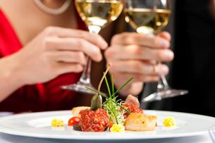 dinner or lunch in restaurantの写真素材 [FYI00819253]