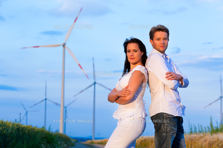power couple in front of windmill in the summerの写真素材 [FYI00820889]