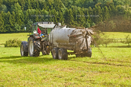 tractor moves manureの写真素材 [FYI00821318]