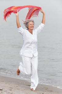 active senior on the beachの素材 [FYI00821736]