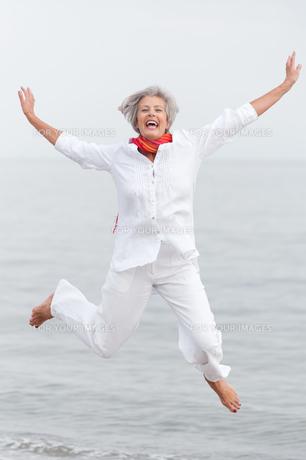 active senior on the beachの素材 [FYI00821759]