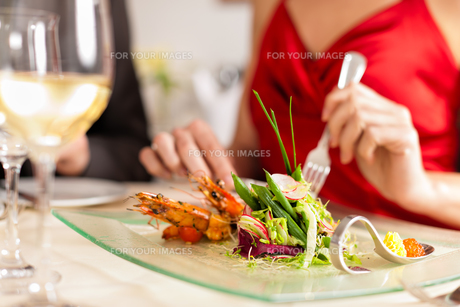 couple eating and drinking in a very good restaurantの写真素材 [FYI00822189]
