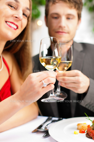couple eating and drinking in a very good restaurantの写真素材 [FYI00822216]