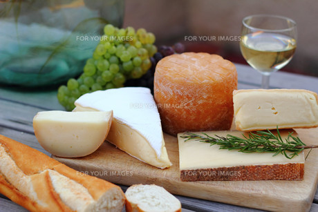 cheese platter with wine,grapes and french breadの写真素材 [FYI00823053]