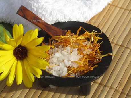 bath salt with marigoldの写真素材 [FYI00825046]