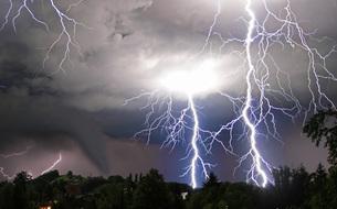 tornado and lightningの写真素材 [FYI00825146]