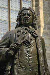 bach monument in front of st. thomas church,leipzig,saxony,germanyの写真素材 [FYI00825188]