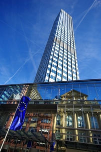 reflection of the old commerzbank in frankfurt with skyscraperの写真素材 [FYI00825350]