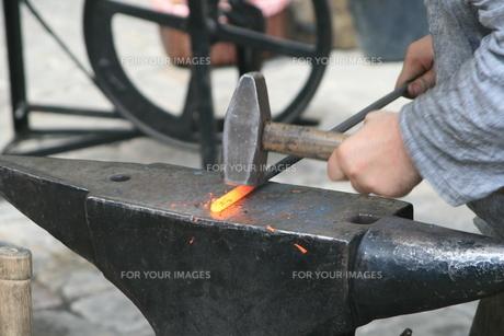 blacksmith on the anvilの写真素材 [FYI00825395]