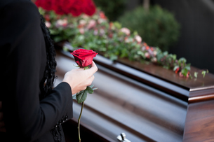 woman at funeral with coffinの素材 [FYI00825447]