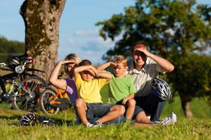 family makes a bike rideの素材 [FYI00825460]