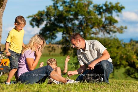 family makes a bike rideの素材 [FYI00825469]