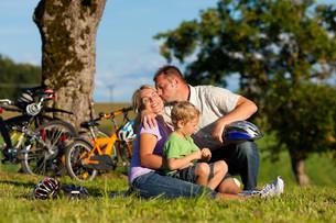 family makes a bike rideの素材 [FYI00825489]
