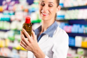 pharmacist in her pharmacyの写真素材 [FYI00825490]
