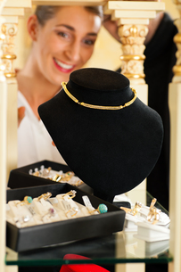 woman in a jewelry businessの写真素材 [FYI00825502]