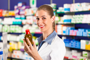 pharmacist in her pharmacyの写真素材 [FYI00825510]