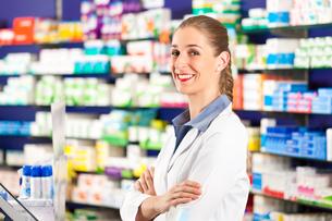 pharmacist in her pharmacyの写真素材 [FYI00825516]